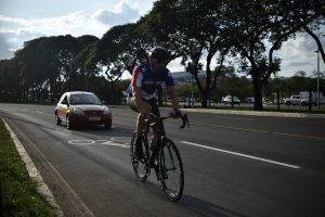 ultrapassar um ciclista